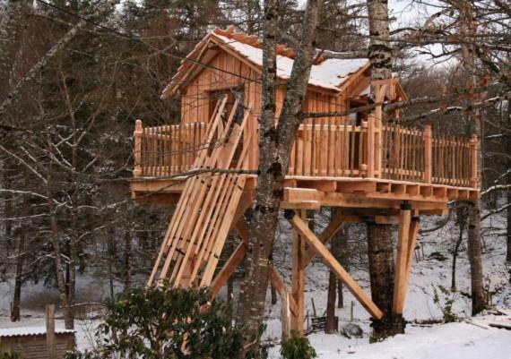 Cabane perchée sous la neige